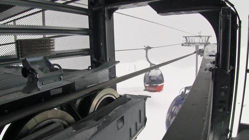Hier fahren die Gondeln in die Bergstation hinein. (Bild: Videostill René Meier / luzernerzeitung.ch)