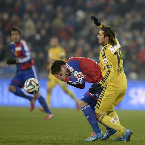 Valentin Stocker vom FCB (links) kämpft gegen Adrian Winter um den Ball. (Bild: Keystone)