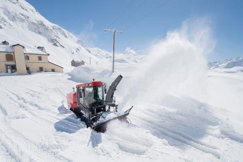 Am 20. Mai soll der Gotthardpass (auf dem Bild der Parkplatz auf 2106 Meter über Meer) wieder für den Verkehr freigegeben werden. (Bild: Keystone / Urs Flüeler)