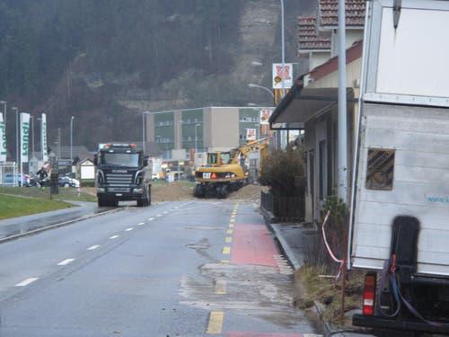 Mit einem Damm, 1 Meter hoch und 25 Meter breit, versuchten die Einsatzkräfte, die Wassermassen zurück ins Bachbett zu leiten. (Bild: Christian Volken / luzernerzeitung.ch)
