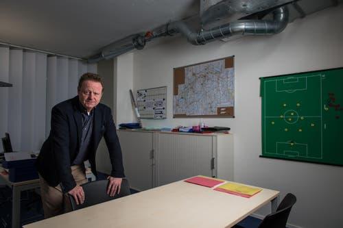 Sportchef Rolf Fringer in seinem Arbeitsbüro in der Swissporarena. (Bild: Roger Grütter)