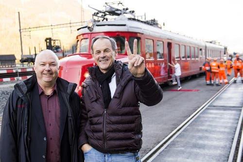 Renzo Simoni (rechts) Vorsitzender der Geschäftsleitung AlpTransit Gotthard AG, posiert in Biasca mit Pressesprecher Ambros Zgraggen vor dem Roten Pfeil. (31.10.2014). (Bild: Keystone)