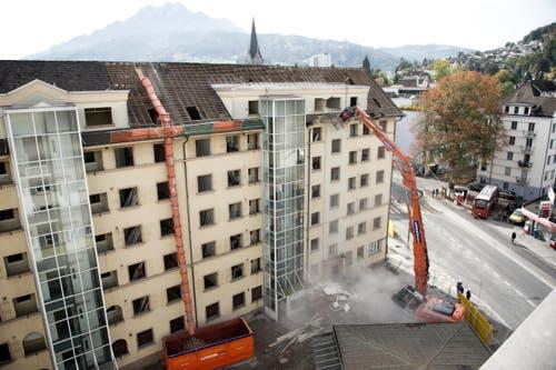 5. Oktober: Die Abbrucharbeiten der allgemeinen Baugenossenschaft Luzern (ABL) beim Himmelrich haben begonnen. (Bild: Corinne Glanzmann / Neue LZ)