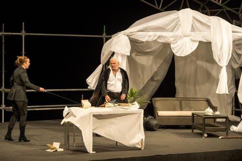 Albrecht Hirche als Richard Wagner, rechts, und Katka Kurze als Cosima Wagner, links, bei den Proben. (Bild: Keystone)