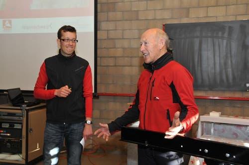 Lager-Koordinator Samuel Renggli im Gespräch mit Materialchef Werni Christen, rechts. (Bild: Robert Hess / Neue OZ)