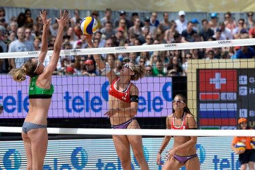 Tanja Goricanec (CH, Mitte) und Tanja Hueberli (CH) im hart umkämpften – und gewonnenen Spiel gegen die Russinnen (im Bild Ekatarina Birlova). (Bild: Keystone / Urs Flüeler)