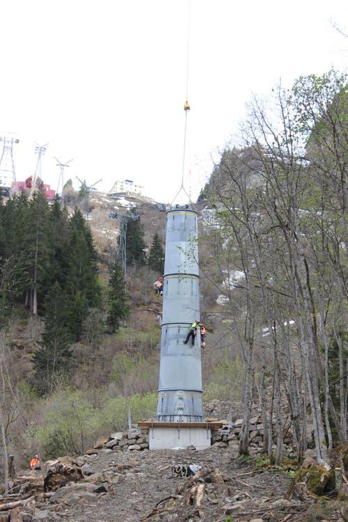 11.05.2015: Die Montage des höchsten Masten beginnt (hinten: die alte Seilbahn, links die Luftseilbahn). (Bild: Mike Bacher)