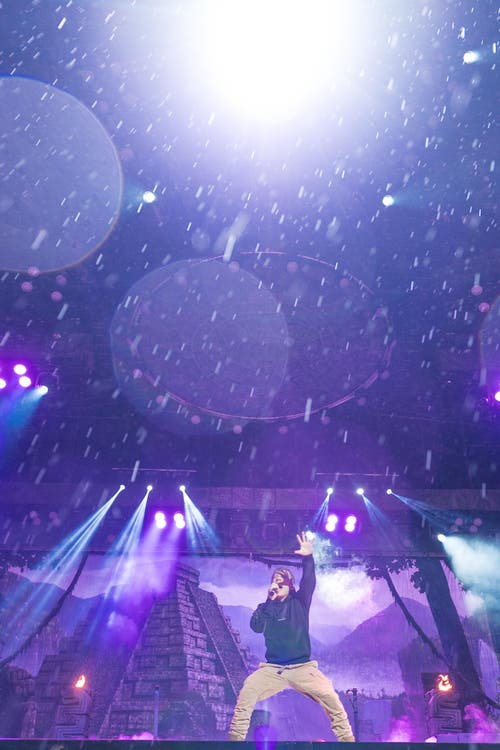 Sänger Bruce Dickinson auf der imposanten Bühne in Luzern. (Bild: Roger Grütter)