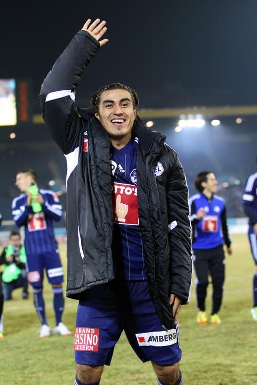 Luzerns Dario Lezcano lässt sich im Spiel zwischen dem FC Luzern und den Young Boys Bern (2:0) am 25. Februar 2012 von den Fans feiern. (Bild: Philipp Schmidli)