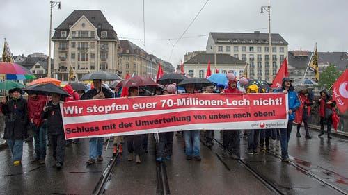 """Basel: Demonstranten tragen ein Transparent mit der Aufschrift """"Wir stopfen euer 70-Millionen-Loch nicht"""". (Bild: Keystone)"""