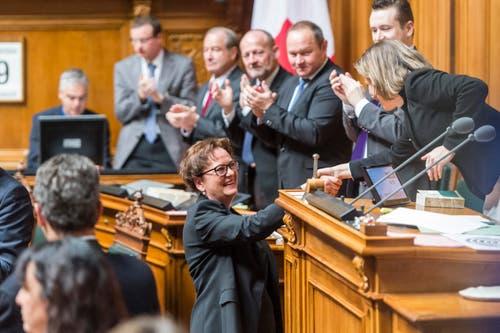 Die zurücktretende Bundeskanzlerin Corina Casanova, Mitte, verabschiedet sich von der Nationalratspräsidentin Christa Markwalder, BE, nach ihrer Rede vor der Vereinigten Bundesversammlung. (Bild: MARCEL BIERI)