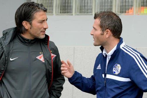 Der neue Trainer von Spartak Moskau und frühere Trainer des FC Luzern, Murat Yakin (inks) und der Sportchef von Luzern, Alex Frei (rechts) unterhalten sich. (Bild: Keystone / Urs Flüeler)