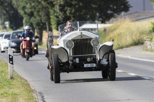 Ein Rolls-Royce in Anfahrt zum Flugplatz Beromünster. (Bild: Martin Thoeni)