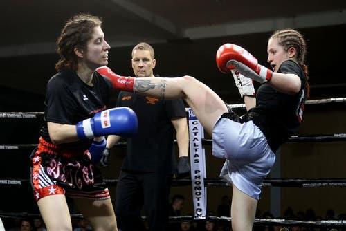 Dieser Kick von Michele Bachmann (rechts) trifft gegen Verena Hofmanns Schulter. (Bild: Philipp Schmidli / Neue LZ)