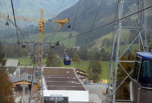 Die Talstation der Sportbahnen-Frutt mit der Gondelbahn von der Stöckalp auf die Frutt. Im Bild rechts eine neue Gondel, mit denen Testfahrten unternommen werden. (Bild: Markus von Rotz / Neue OZ)