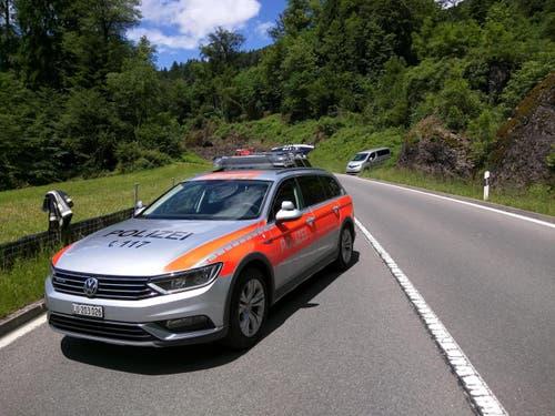 Autos konnten die zugeschüttete Stelle auf der Strasse noch passieren, der Bus kam jedoch nicht an der Abbruchstelle vorbei. (Bild: Geri Holdener / Bote der Urschweiz)