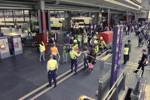 Feuerwehrleute schieben einen Materialanhänger durch die wartende Menge. (Bild: Christian Volken / luzernerzeitung.ch)