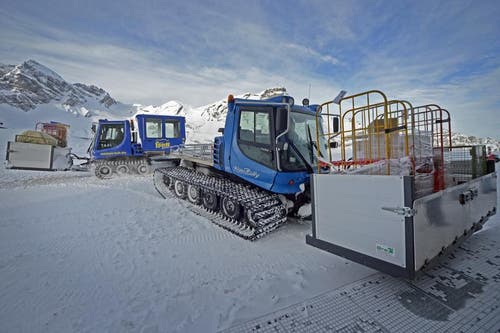 Der Pistenbully für den Gepäcktransport steht bei der Bergstation bereit. (Bild: Corinne Glanzmann / Neue OZ)