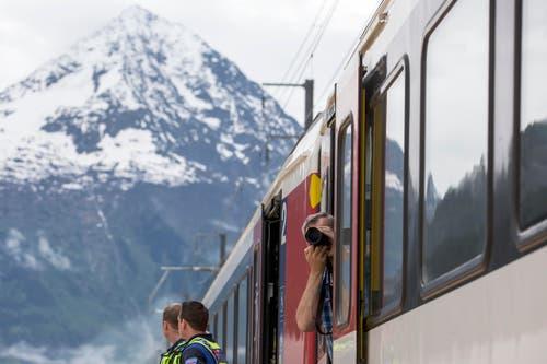 Ein Besucher fototgrafiert aus einem Zug heraus. (Bild: Alexandra Wey / Keystone)