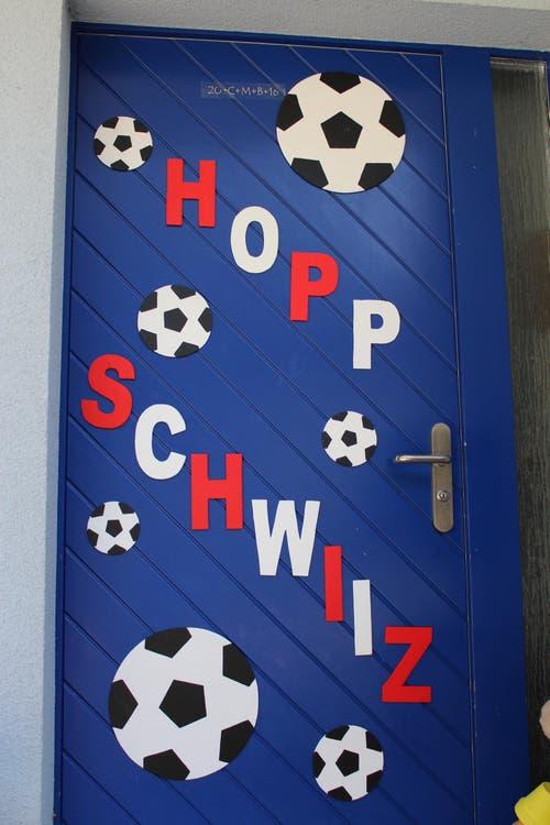 Geschmückte Haustüre mit EM-Fussballmännchen. (Bild: Patricia Iten-Arnold)