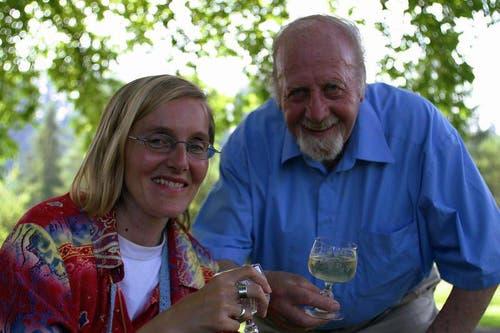 Bürgi prostet seiner Tochter Daniela zu. (Bild: Neue LZ)