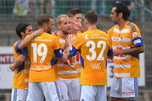 Die Luzerner Spieler feiern das 0:1. (Bild: Keystone / Gabriele Putzu)