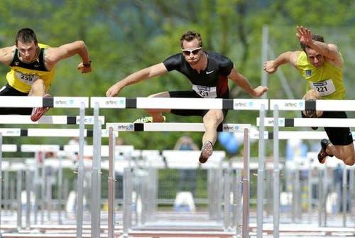 Der Leichtathlet Andreas Kundert (Mitte) läuft über 110 Meter Hürden eine sehr gute Zeit. (Bild: Keystone)