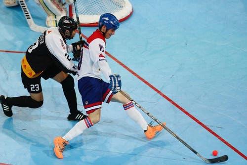 Der Schweizer Spieler mit der Nummer 23 kämpft gegen die Nummer 10 der Tschechen um den Ball. (Bild: Stefan Kaiser (Neue ZZ))