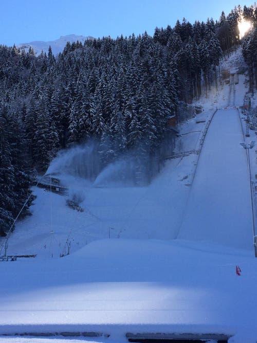Mehrere Schneelanzen produzierten beim Auslauf rund 4500 Kubikmeter Kunstschnee, der im Anlauf eingebaut wird. (Bild: PD)
