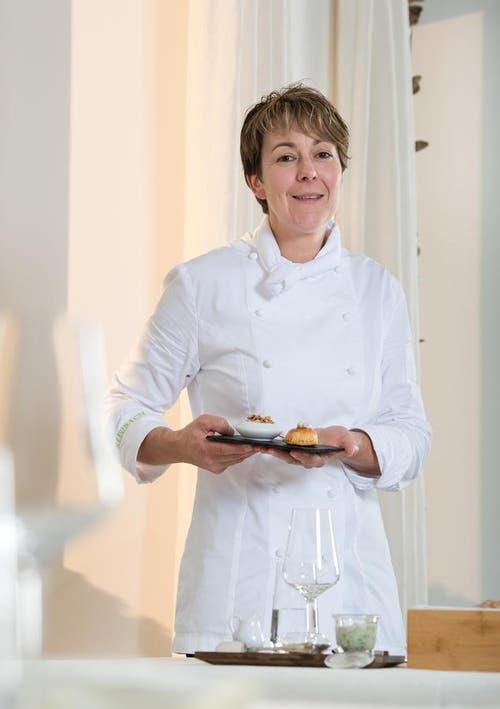 6. Oktober: Die Luzernerin Bernadette Lisibach wird zur «Köchin des Jahres» gekürt. Die 40-Jährige kocht in ihrem Restaurant in Lömmenschwil SG und wurde für ihre Leistung vom Gastro-Führer Gault Millau zur Nummer 1 des Jahres 2015 gewählt. (Bild: Dominik Wunderli / Neue LZ)