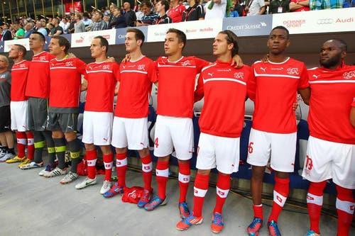 Die Ersatzspieler bei der Hymne vor dem Spiel. (Bild: Philipp Schmidli / Neue LZ)