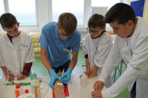 Blutentnahme. Für einen Tag Profipfleger - das konnten die 15 Jungs heute bei der ZIGG im Rahmen des Nationalen Zukunftstages sein (Bild: zvg)