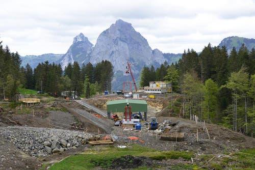 30. Mai 2014: Baustelle beim Stoosfluhtunnel mit Aussichtsplattfor. Die Baustellen-Besichtigungsplattform aus Holz kann man gut links im Bild sehen. (Bild: PD)