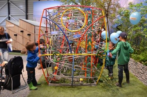 Kinder spielen bei der Kügeli-Bahn in Zürchers Garten (Bild: Beatrice Vogel / Neue LZ)