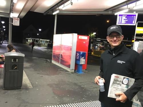 Am Bahnhof Stans wurde die Nidwaldner Zeitung verteilt... (Bild: Neue NZ)