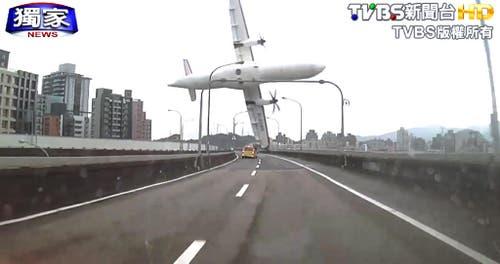 4. Februar: Mitten in einem Wohngebiet in Taiwans Hauptstadt Taipeh stürzt ein Flugzeug mit 58 Menschen an Bord ab. Der ATR-72 Prop-Jet streift mit einem Flügel eine mehrspurige Strasse und stürzt in den Fluss. 31 Menschen verlieren beim Absturz ihr Leben. (Bild: Keystone/AP Photo/TVBS)