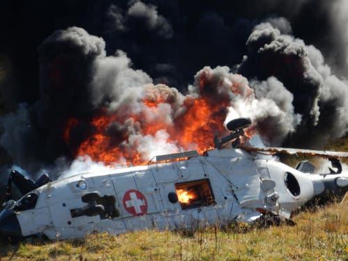 Unglück am 28. September 2016 auf dem Gotthard: Der Armee-Helikopter geht in Flammen auf. (Bild: Chris van den Heijkant / Keystone)