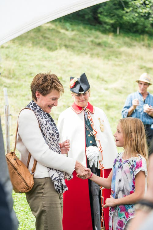 1. August Feier auf dem Rütli: Bundespräsidentin Simonetta Sommaruga im Gespräch mit einem Mädchen. (Bild: Roger Grütter / Neue LZ)