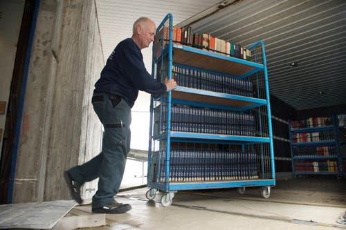 Urs Fischer belädt im Gewerbepark Äntlibuch einen Lastwagen, ... (Bild: Eveline Beerkircher / Neue LZ)
