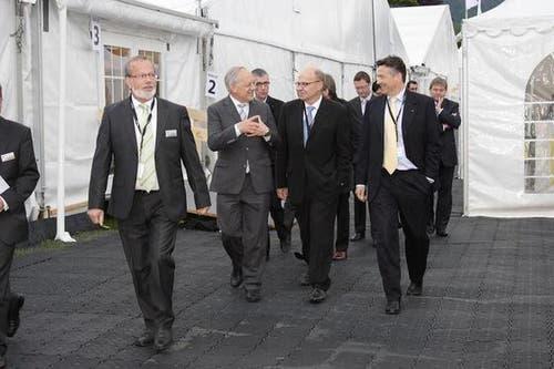 Die Politiker werden auf dem Weg zum Stand der Pilatusflugzeugwerke von Wirtschaftsvertretern begleitet. (Bild: André A. Niederberger / Neue NZ)