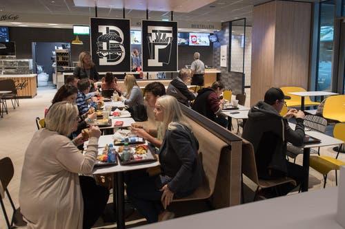 Die Testkunden verpflegen sich im McDonald's. (Bild: Boris Bürgisser (Ebikon, 18. Oktober 2017))