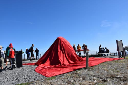 Bis zur Zeremonie verdeckte ein rotes Tuch den Stein des heiligen Emei-Berges. (Bild: pd)
