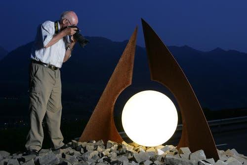 Josef Reinhard fotografiert 2009 für das «Obwaldner Wochenblatt» den allerletzten Schlusspunkt. Das Blatt ist neu in der «Neuen Obwaldner Zeitung» integriert. (Bild: Daniel Reinhard)