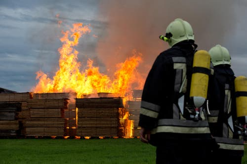 15. September: In Urswil steht eine Sägerei in Vollbrand. Die Feuerwehr war mit einem Grossaufgebot von 170 Personen vor Ort. (Bild: Dominik Wunderli / Neue LZ)