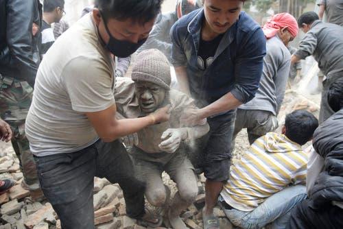 25. April: Ein starkes Erdbeben erschüttert die Himalaya-Region und trifft vor allem Nepal. Nach offiziellen Angaben fordert das Beben fast 5600 Tote und mehr als 10'000 Verletzte. Über hundert weitere Menschen starben in Indien und in China. In Nepal werden landesweit rund 70'000 Häuser zerstört und 530'000 weitere beschädigt. 2,8 Millionen Menschen sind Schätzungen zufolge obdachlos. (Bild: EPA / Narendra Shrestha)