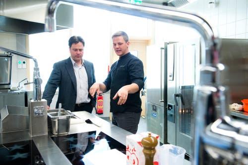 Geny Hess, Geschäftsführer Eberli Hospitality und Gourmet-Koch Andreas Appenzeller (rechts) in der Küche der frutt Familiy Lodge. (Bild: Dominik Wunderli)