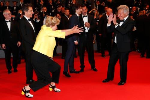 Die britische Schauspielerin Emma Thompson (in gelb) blödelt mit Schauspieler Dustin Hoffman (rechts) rum. (Bild: EPA/Ian Langsdon)