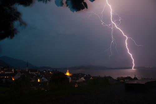 Blitzeinschlag in den Zugersee (Bild: Leser Daniel Hegglin)