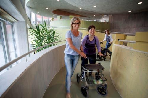 Die Tagesstätte der Stiftung Weidli Stans ist die erste Einrichtung für Menschen mit Beeinträchtigung in der Schweiz, die den barrierefreien Zugang zu allen Stockwerken über Verbindungswege mit einer Steigung von maximal sechs Prozent ermöglicht. (Bild: PD)