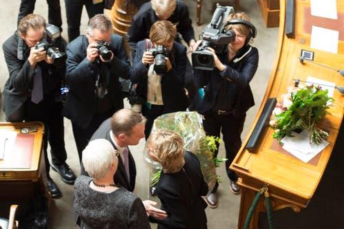 Bundesrätin Eveline Widmer-Schlumpf, rechts, wird von Martin Landolt, Präsident BDP mit Blumen verabschiedet. (Bild: KEYSTONE / PETER SCHNEIDER)